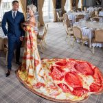 Marca británica regala paquete nupcial completo con un pastel de pizza de seis niveles y un vestido cursi