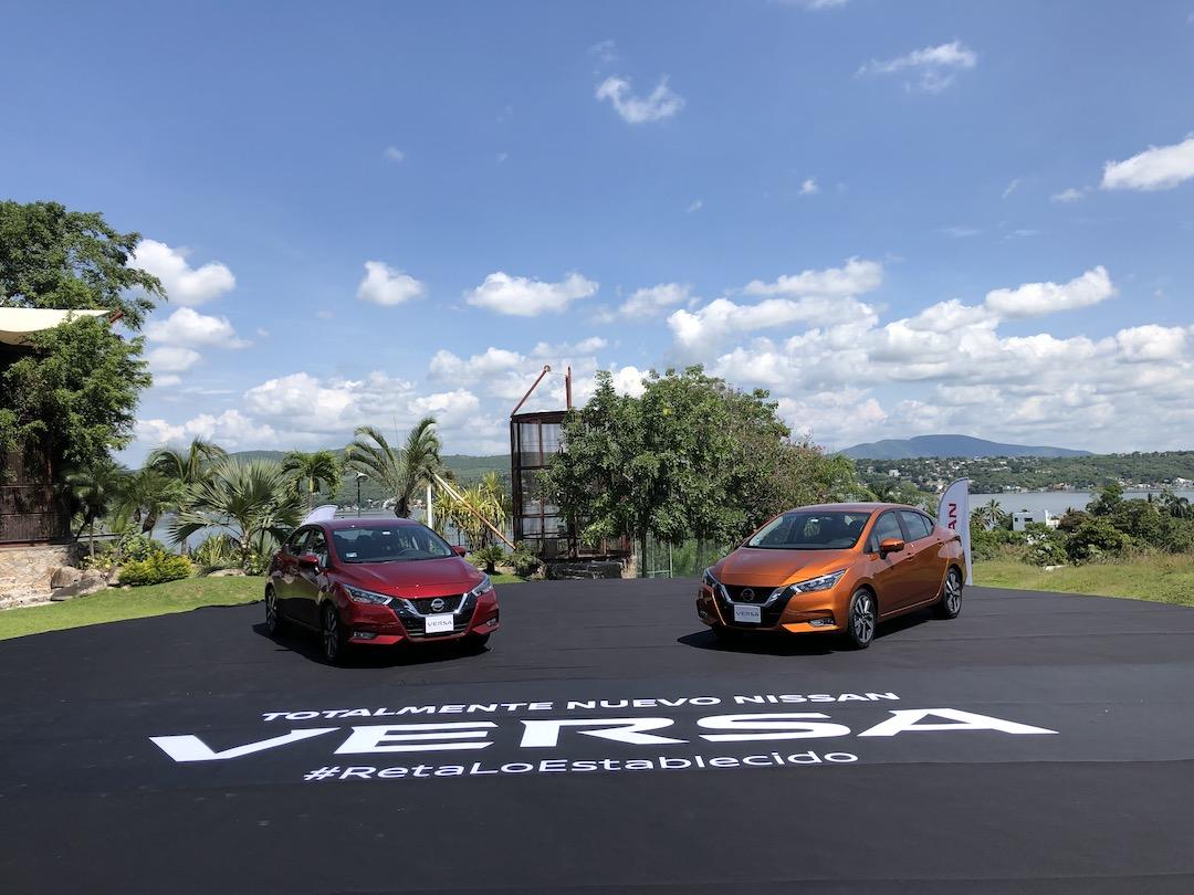 Nuevos Nissan Versa 2020 en color roo y naranja con fondo de cielo