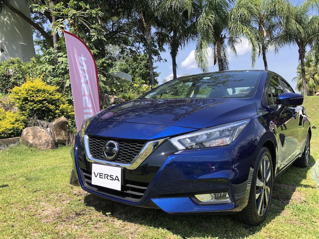 Nuevo Nissan Versa 2020 en color azul sobre pasto verde