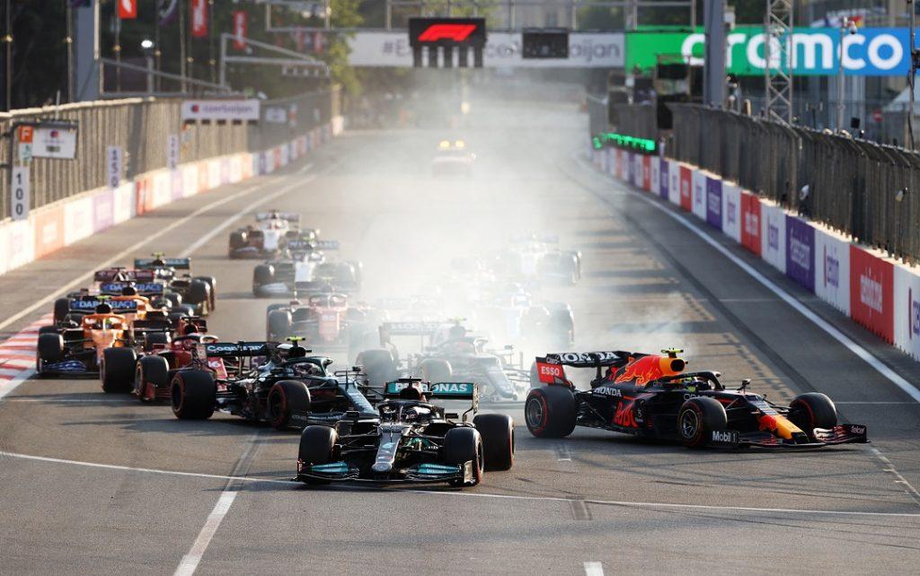 Hamilton bloquea los frenos y Sergio Pérez lidera